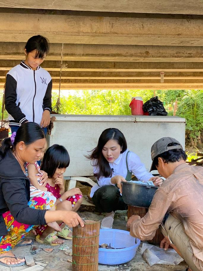 Clip: Vân Trang lang thang bán cá bóng hàng rong giúp đỡ gia đình chài lưới vô gia cư - Ảnh 1.