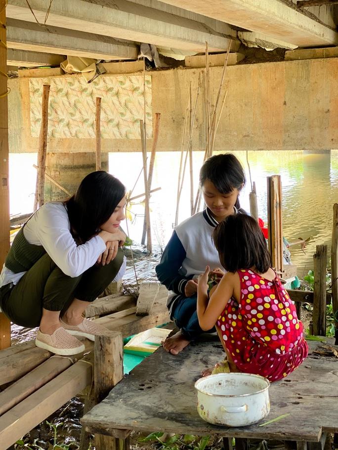 Clip: Vân Trang lang thang bán cá bóng hàng rong giúp đỡ gia đình chài lưới vô gia cư - Ảnh 7.