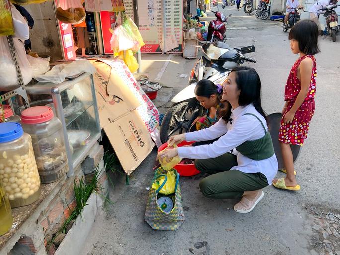 Clip: Vân Trang lang thang bán cá bóng hàng rong giúp đỡ gia đình chài lưới vô gia cư - Ảnh 6.