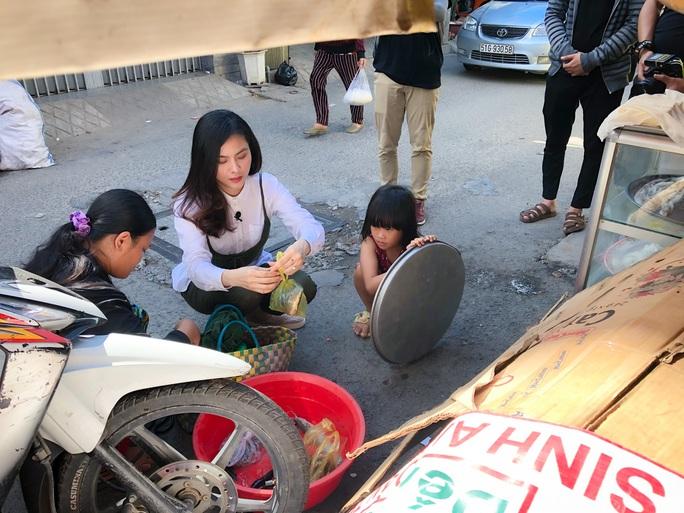 Clip: Vân Trang lang thang bán cá bóng hàng rong giúp đỡ gia đình chài lưới vô gia cư - Ảnh 5.