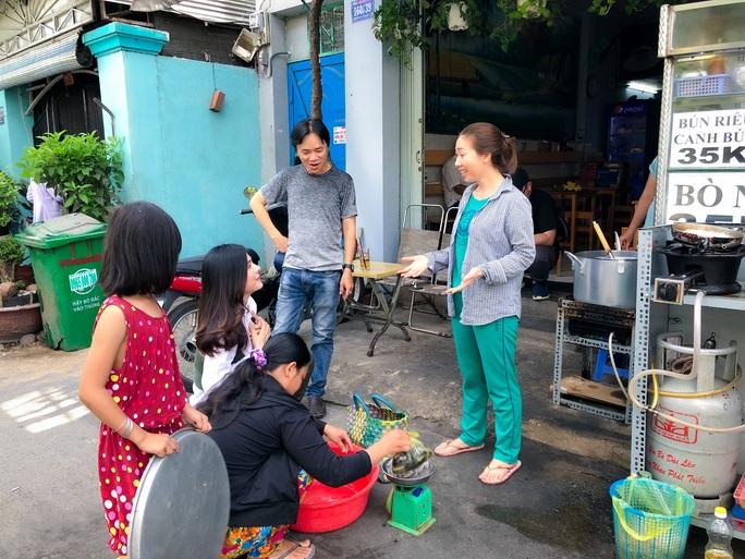 Clip: Vân Trang lang thang bán cá bóng hàng rong giúp đỡ gia đình chài lưới vô gia cư - Ảnh 4.