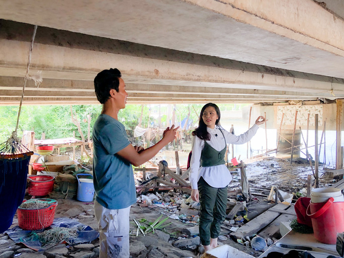 Clip: Vân Trang lang thang bán cá bóng hàng rong giúp đỡ gia đình chài lưới vô gia cư - Ảnh 3.