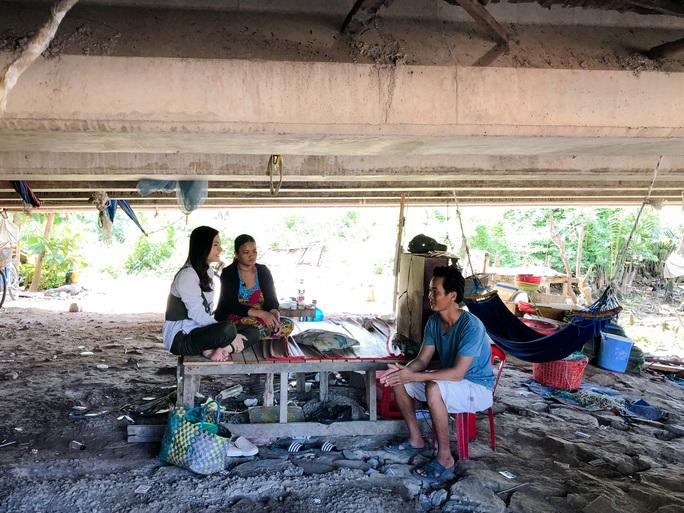 Clip: Vân Trang lang thang bán cá bóng hàng rong giúp đỡ gia đình chài lưới vô gia cư - Ảnh 2.