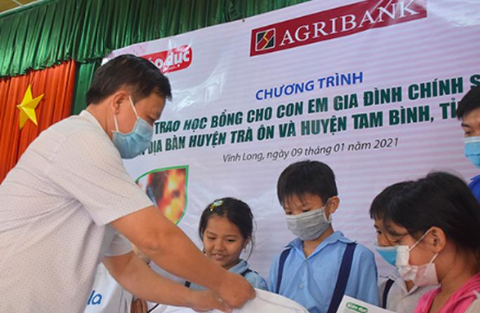 Trao 100 suất học bổng cho con em gia đình chính sách tại Vĩnh Long - Ảnh 2.