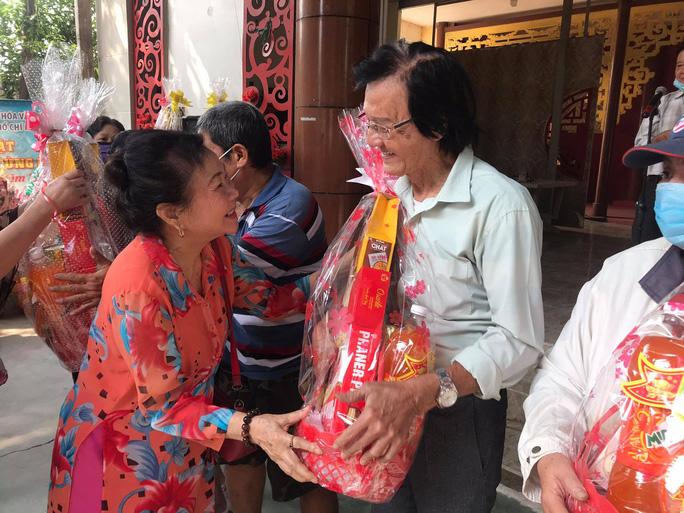 NSƯT Trịnh Kim Chi xúc động trao quà tết cho nghệ sĩ nghèo - Ảnh 2.