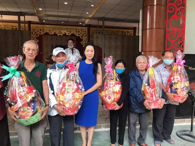 NSƯT Trịnh Kim Chi xúc động trao quà tết cho nghệ sĩ nghèo - Ảnh 3.
