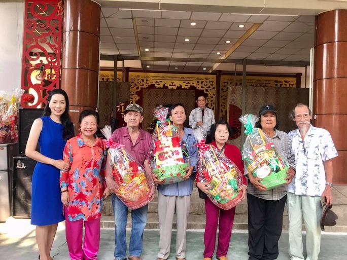 NSƯT Trịnh Kim Chi xúc động trao quà tết cho nghệ sĩ nghèo - Ảnh 1.