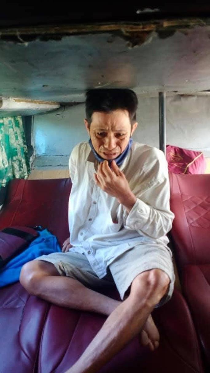 Người đàn ông phụ hồ bật khóc vì mất 32 triệu đồng trên đường về Tết - Ảnh 2.