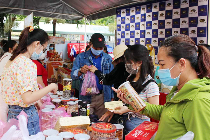 Hàng ngàn công nhân tham dự Phiên chợ nghĩa tình - Ảnh 1.