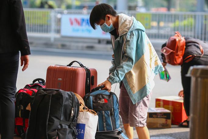 Cận cảnh sân bay Tân Sơn Nhất ngày 20 tháng Chạp  - Ảnh 6.