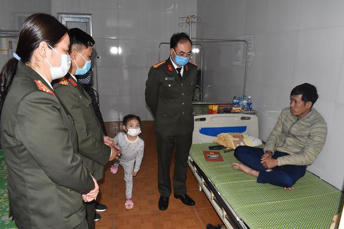Thanh niên vượt đèn đỏ, tông thiếu tá CSGT nhập viện - Ảnh 1.