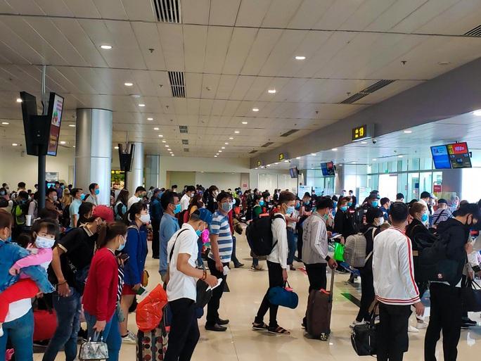 Cận cảnh sân bay Tân Sơn Nhất ngày 20 tháng Chạp  - Ảnh 9.