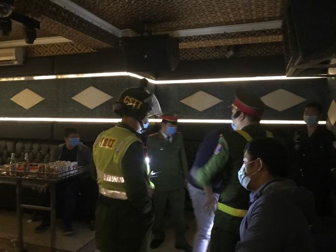 Xem thường phòng dịch Covid-19, khách hát và nhân viên bị cách ly tại quán karaoke - Ảnh 2.