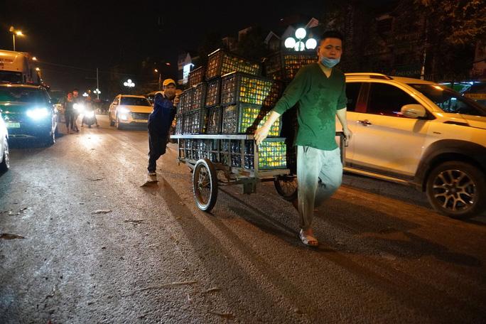 Trắng đêm mưu sinh ở chợ đầu mối ngày giáp Tết - Ảnh 8.