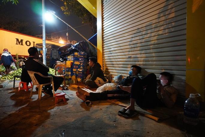 Trắng đêm mưu sinh ở chợ đầu mối ngày giáp Tết - Ảnh 9.