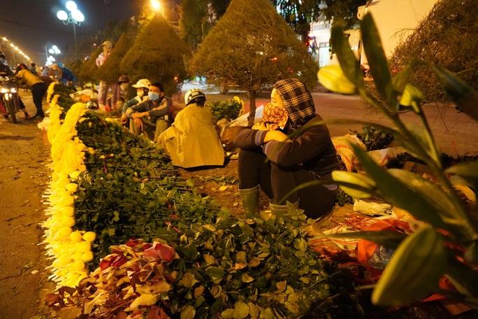 Trắng đêm mưu sinh ở chợ đầu mối ngày giáp Tết - Ảnh 13.