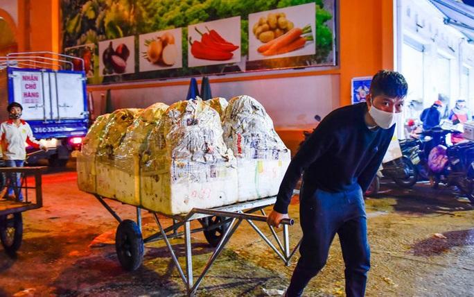 Trắng đêm mưu sinh ở chợ đầu mối ngày giáp Tết - Ảnh 7.
