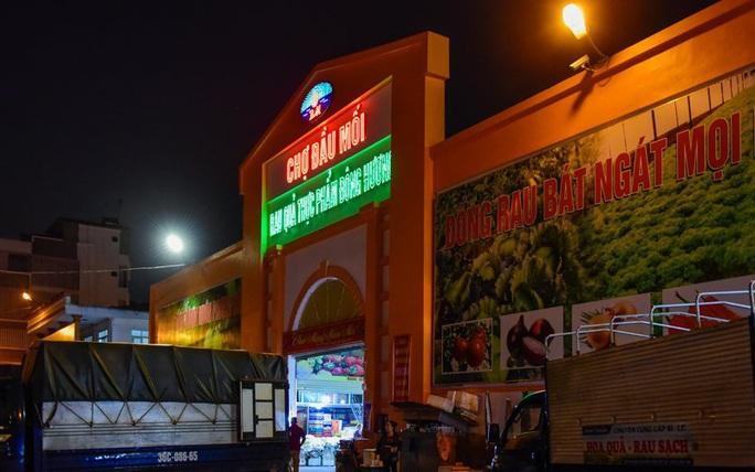 Trắng đêm mưu sinh ở chợ đầu mối ngày giáp Tết - Ảnh 1.
