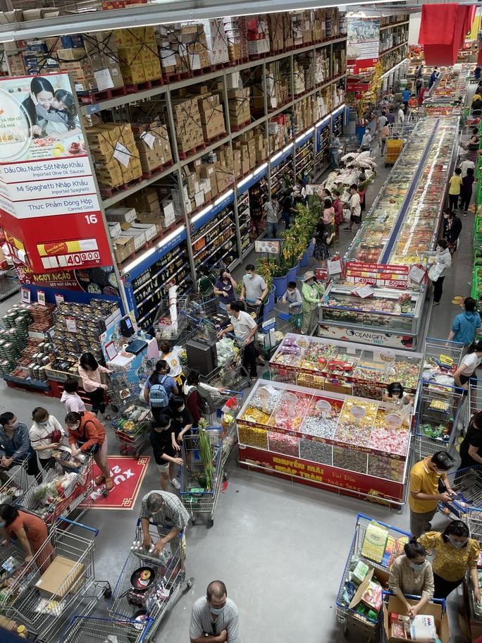 Ngày 29 Tết: Chợ, siêu thị đông bất ngờ, hàng tuyển giá rẻ bằng nửa Tết năm ngoái! - Ảnh 1.