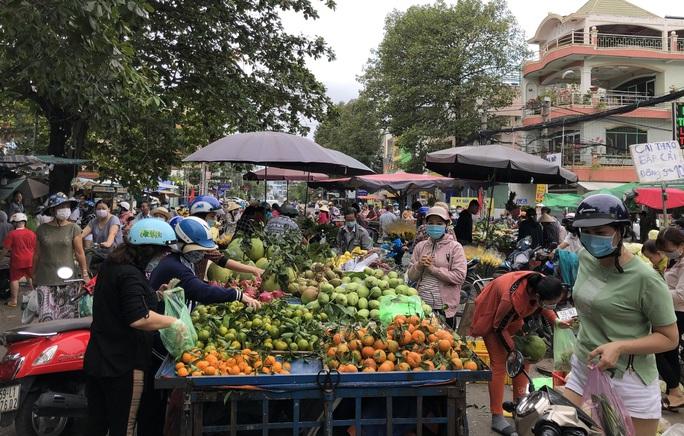 Ngày 29 Tết: Chợ, siêu thị đông bất ngờ, hàng tuyển giá rẻ bằng nửa Tết năm ngoái! - Ảnh 4.