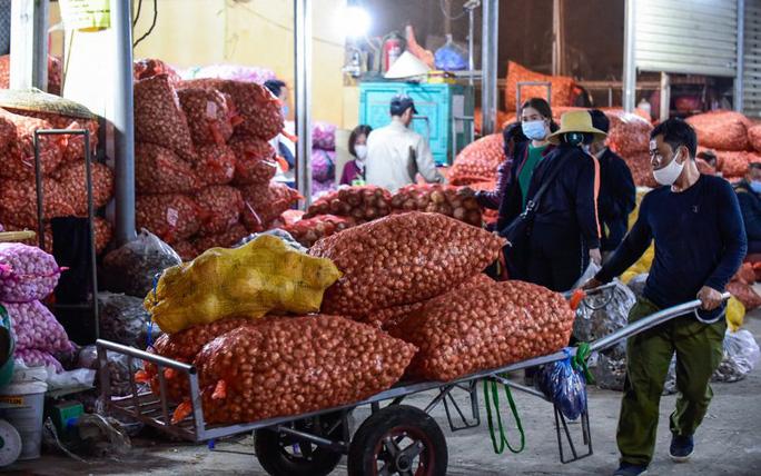 Trắng đêm mưu sinh ở chợ đầu mối ngày giáp Tết - Ảnh 3.