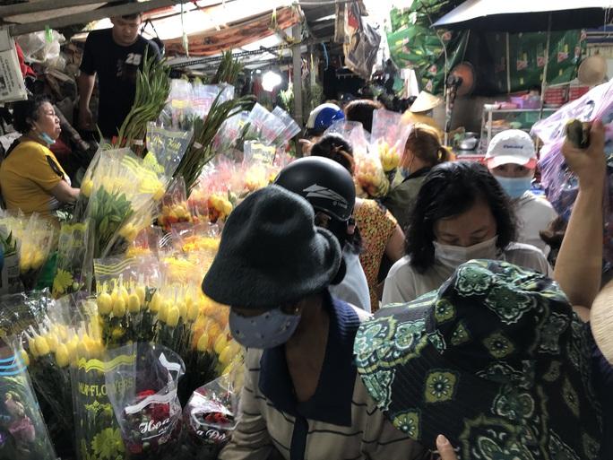 Ngày 29 Tết: Chợ, siêu thị đông bất ngờ, hàng tuyển giá rẻ bằng nửa Tết năm ngoái! - Ảnh 3.