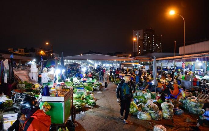 Trắng đêm mưu sinh ở chợ đầu mối ngày giáp Tết - Ảnh 2.