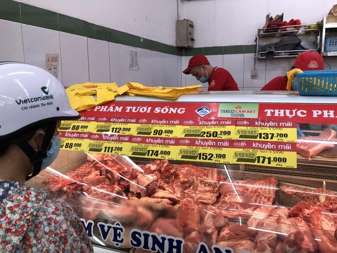 Ngày 29 Tết: Chợ, siêu thị đông bất ngờ, hàng tuyển giá rẻ bằng nửa Tết năm ngoái! - Ảnh 2.