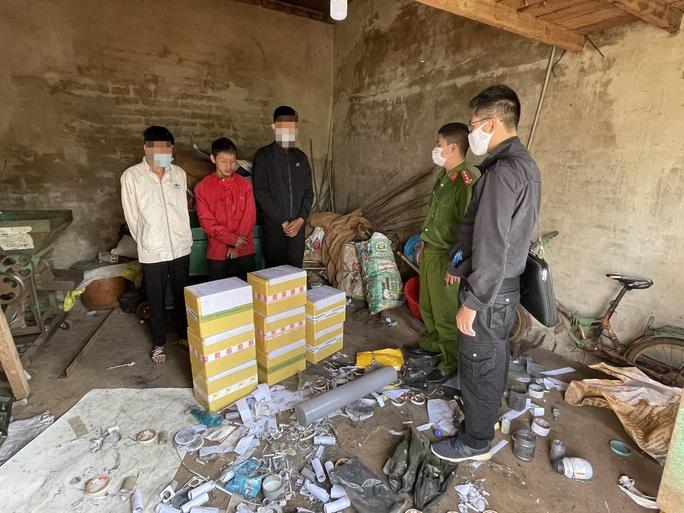 Bắt quả tang nhóm thanh niên, học sinh sản xuất pháo để bán - Ảnh 1.