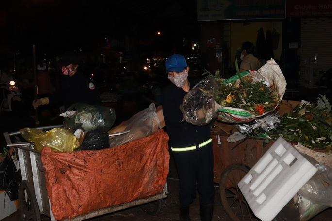 Bí thư Đắk Lắk xuống đường trong đêm, tặng quà Tết cho công nhân - Ảnh 7.