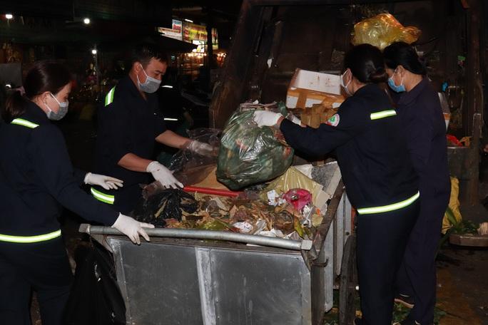 Bí thư Đắk Lắk xuống đường trong đêm, tặng quà Tết cho công nhân - Ảnh 8.