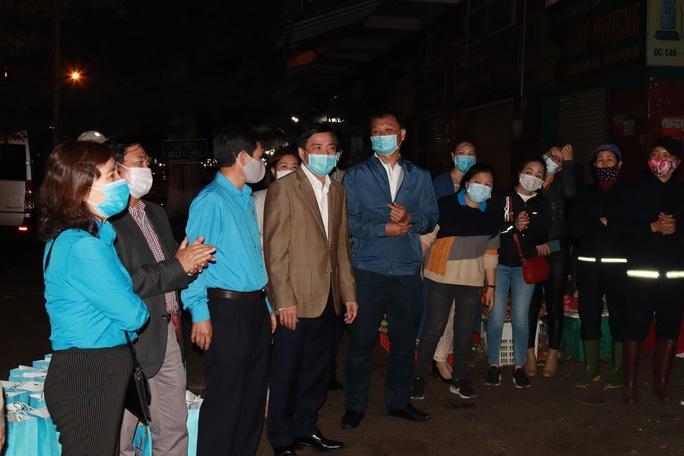 Bí thư Đắk Lắk xuống đường trong đêm, tặng quà Tết cho công nhân - Ảnh 1.