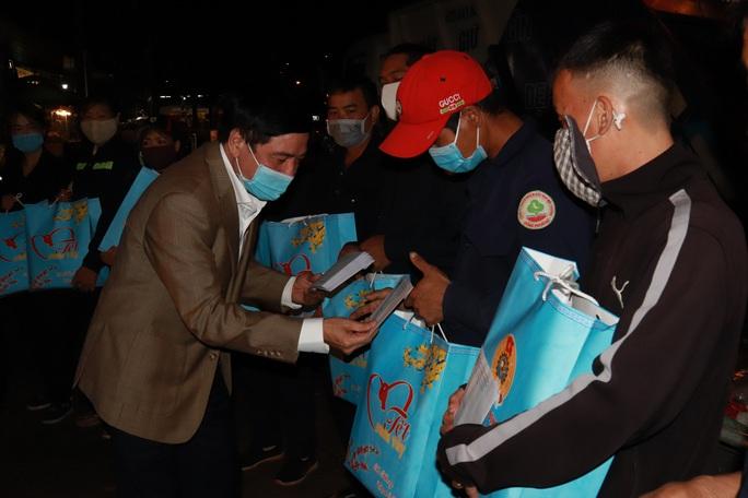 Bí thư Đắk Lắk xuống đường trong đêm, tặng quà Tết cho công nhân - Ảnh 2.