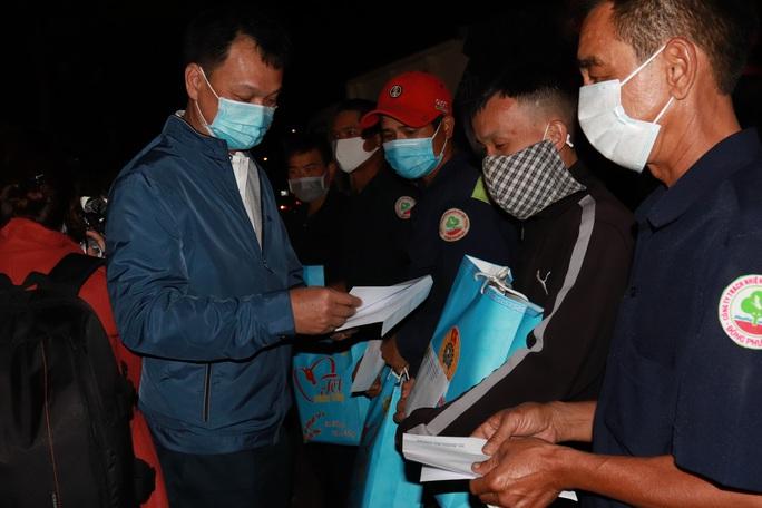 Bí thư Đắk Lắk xuống đường trong đêm, tặng quà Tết cho công nhân - Ảnh 5.