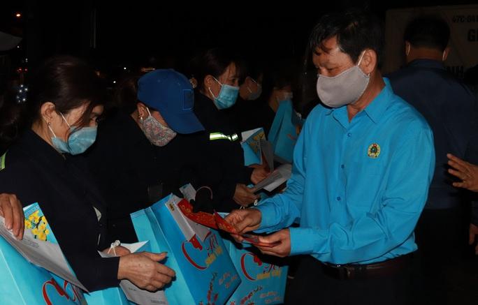 Bí thư Đắk Lắk xuống đường trong đêm, tặng quà Tết cho công nhân - Ảnh 4.