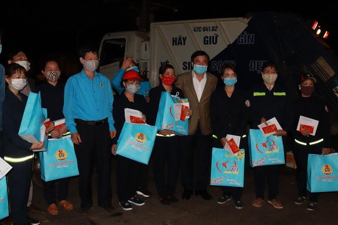 Bí thư Đắk Lắk xuống đường trong đêm, tặng quà Tết cho công nhân - Ảnh 6.
