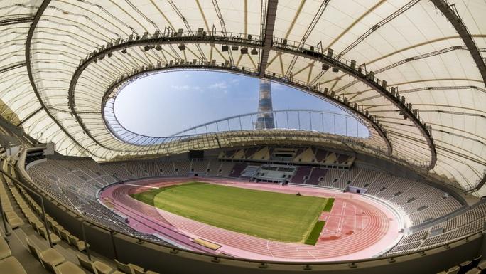 Viên ngọc Khalifa Stadium bừng sáng giữa sa mạc Qatar - Ảnh 1.