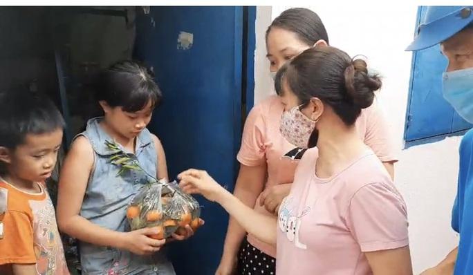 Ấm lòng xe trái cây tặng cho công nhân ở trọ - Ảnh 2.