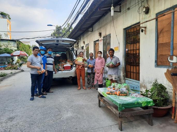 Ấm lòng xe trái cây tặng cho công nhân ở trọ - Ảnh 5.