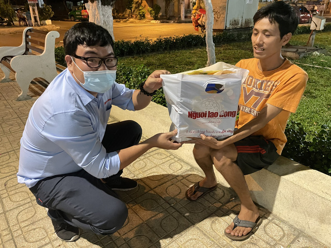 Tết ấm cho người vô gia cư ngoài đường phố Nha Trang - Ảnh 8.
