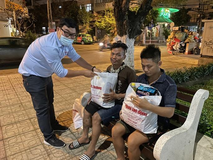 Tết ấm cho người vô gia cư ngoài đường phố Nha Trang - Ảnh 6.