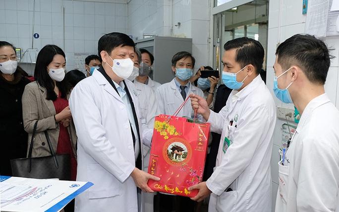 Bộ trưởng Bộ Y tế Nguyễn Thanh Long tặng quà, động viên bệnh nhân phải ăn Tết bệnh viện - Ảnh 1.