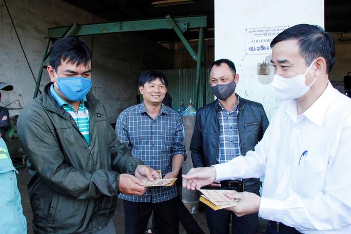 Chủ tịch UBND TP Đà Nẵng thăm công nhân bãi rác, lực lượng tuần tra đêm trước giao thừa - Ảnh 4.