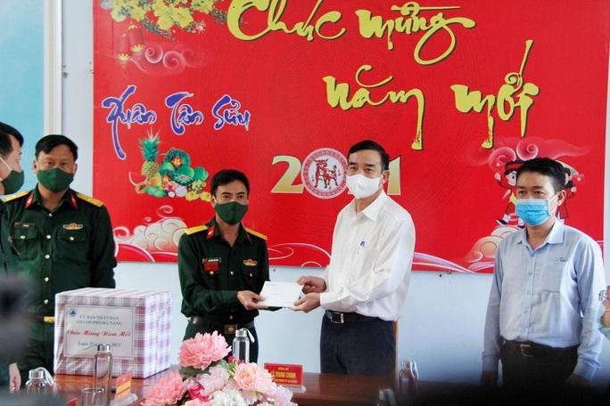 Chủ tịch UBND TP Đà Nẵng thăm công nhân bãi rác, lực lượng tuần tra đêm trước giao thừa - Ảnh 5.