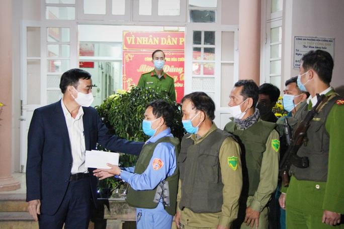 Chủ tịch UBND TP Đà Nẵng thăm công nhân bãi rác, lực lượng tuần tra đêm trước giao thừa - Ảnh 2.