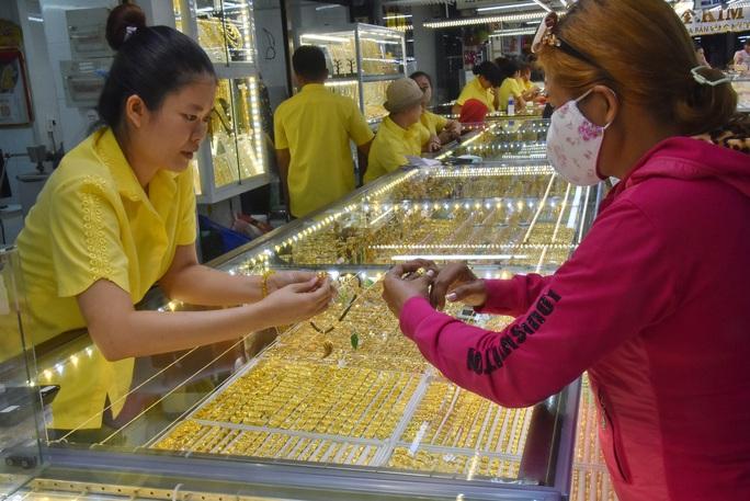 Giá vàng hôm nay 11-2: Tiếp tục tăng mạnh, USD còn suy yếu - Ảnh 1.