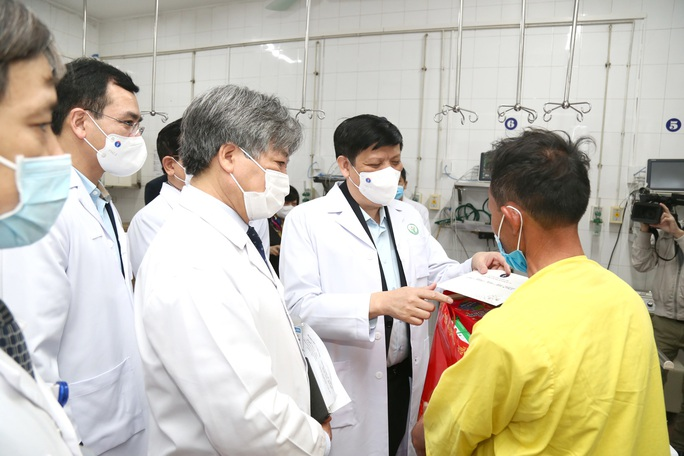 Bộ trưởng Bộ Y tế Nguyễn Thanh Long tặng quà, động viên bệnh nhân phải ăn Tết bệnh viện - Ảnh 3.