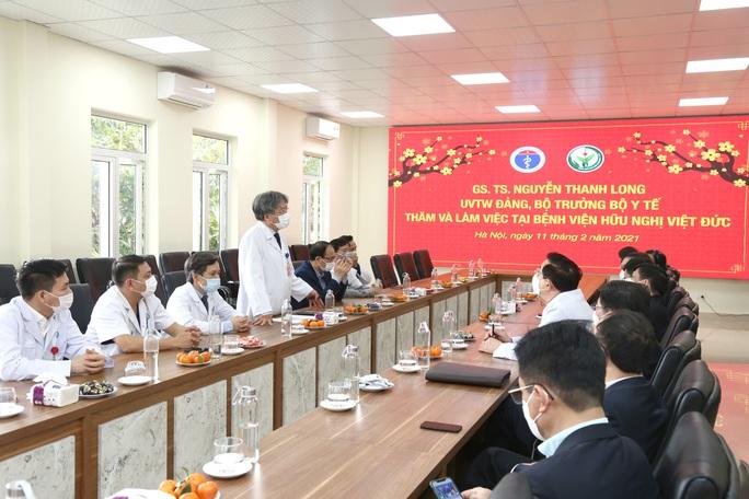 Bộ trưởng Bộ Y tế Nguyễn Thanh Long tặng quà, động viên bệnh nhân phải ăn Tết bệnh viện - Ảnh 7.