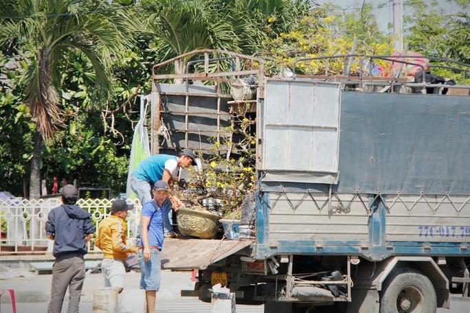 Tiểu thương Đà Nẵng dọn hàng sớm trước cảnh đìu hiu chợ 30 Tết - Ảnh 10.