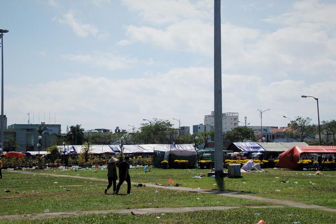 Tiểu thương Đà Nẵng dọn hàng sớm trước cảnh đìu hiu chợ 30 Tết - Ảnh 7.